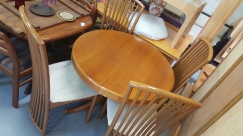 Tisch mit Sesseln